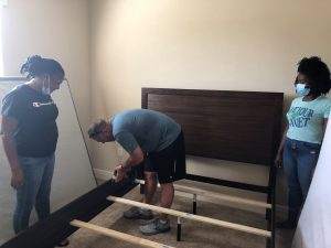 Loughman Oaks Elementary staff helping new teachers get moved in